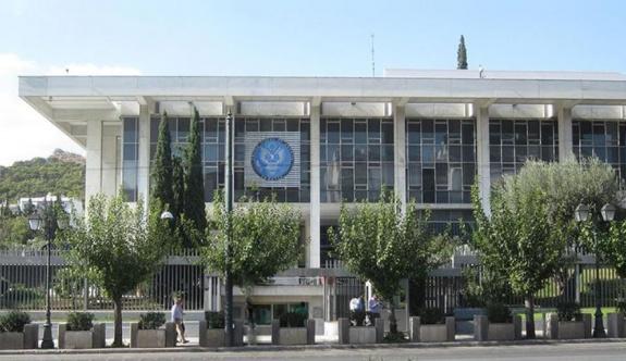Atina'daki ABD Büyükelçiliği önünde bir Afgan kendini yakmaya çalıştı