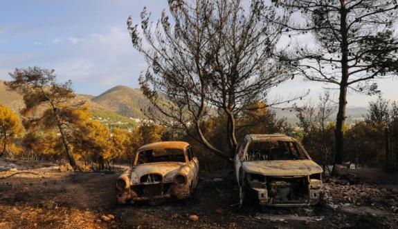 Atina yakınlarındaki tatil beldesinde çıkan orman yangını kontrol altına alındı