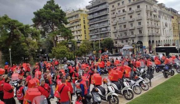 Moto kuryeler güvencesiz çalışma koşullarına karşı sokakta