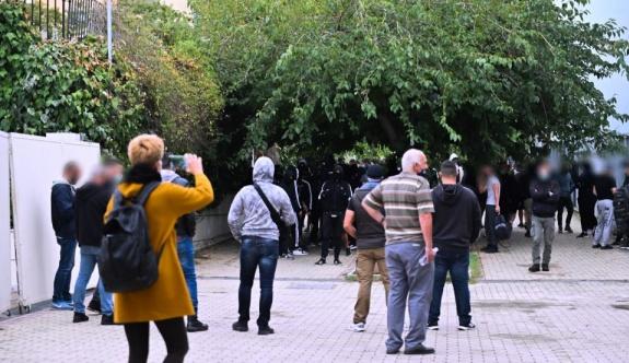 Selanik'te okul önünde çıkan yeni şiddet olaylarında polis göz yaşartıcı kullandı