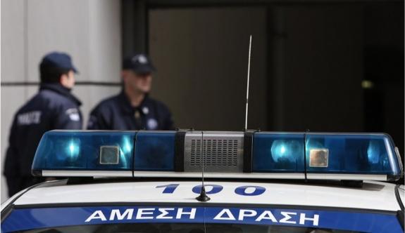 Üç şahıs bir rahibi şantaj yoluyla tehdit etmelerinin ardından tutuklandı