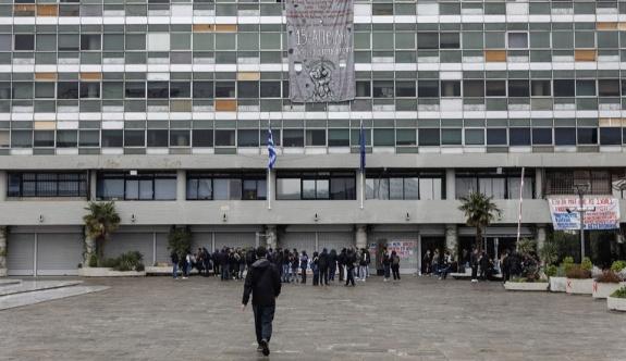 Kovid müfettişlerinin tehdit etdilmesi üzerine üniversitede dersler askıya alındı