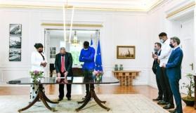 Antetokounmpo'nun annesi ve erkek kardeşine fahri vatandaşlık verildi